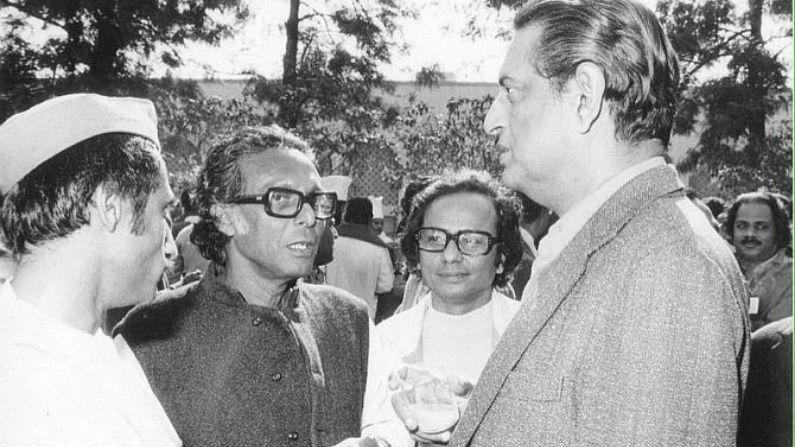১৯৬৩ সালে মৃণাল সেনের 'আকাশ কুসুম' রিলিজ করার পর কড়া সমালোচনা করেছিলেন সত্যজিৎ রায়। প্রায় দু'মাস ধরে দু'জনের মধ্যে চিঠি-যুদ্ধ চলেছিল।