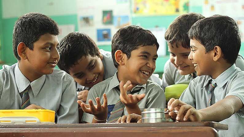 স্ট্যানলি কা ডাব্বা—চতুর্থ শ্রেণীর এক ছাত্ক। যে স্কুলে পড়াশোনার জন্য অর্থোপার্জন করে। রেস্তোঁরায় টেবিল পরিষ্কার করেসে। স্কুলে-কর্মক্ষেত্রে প্রায়শই নির্যাতিত করা হয়। স্কুলের শিক্ষকমশাই রোজ ছাত্র-ছাত্রীদের টিফিন খেয়ে নেয়, এমনকি 'স্ট্যানলি'রও। টিফিনবক্স এবং 'স্ট্যানলি'র গল্প।