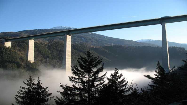 Europabrücke Bridge, Austria- অস্ট্রিয়ার এই ব্রিজ ৬৩০ ফুট উঁচু। হাঙ্গেরি ঘুরতে আসা পর্যটকদের মধ্যে যারা বাঞ্জি জাম্প প্রেমী, তাঁদের জন্য এই ব্রিজ আদর্শ। Rocket Bungy এবং Bungy Running- এর মতো অনেক রোমাঞ্চকর ইভেন্ট এই ব্রিজে আয়োজিত হয়।