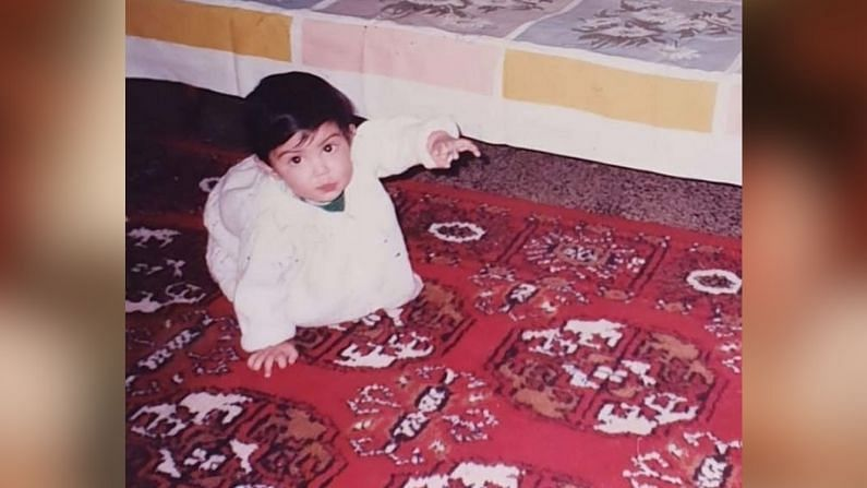 Bollywood actor: বিগত এক বছর ধরেই আলোচনার কেন্দ্রবিন্দুতে তিনি। তাঁকে নিয়ে বিস্তর কাঁটা ছেড়া, আলোচনা-সমালোচনা... অথচ ছোটবেলাটা এরকম ছিল না। বাবা-মা ছিল। ছিল স্নেহ ভালবাসা। ইনস্টাগ্রামে এক বার লিখেছিলেন, মা তুমি আমায় হাঁটতে শেখাচ্ছিলে অথচ আমি উড়তে শিখে গেলাম। এই ছবিটি সেই অভিনেত্রীর ছোটবেলার ছবি। চিনতে পারছেন কে?