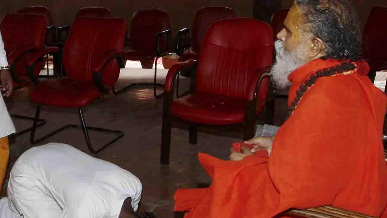 Massive Conspiracy behind President of the Akhil Bharatiya Akhara Parishad Mahant Narendra Giri's death